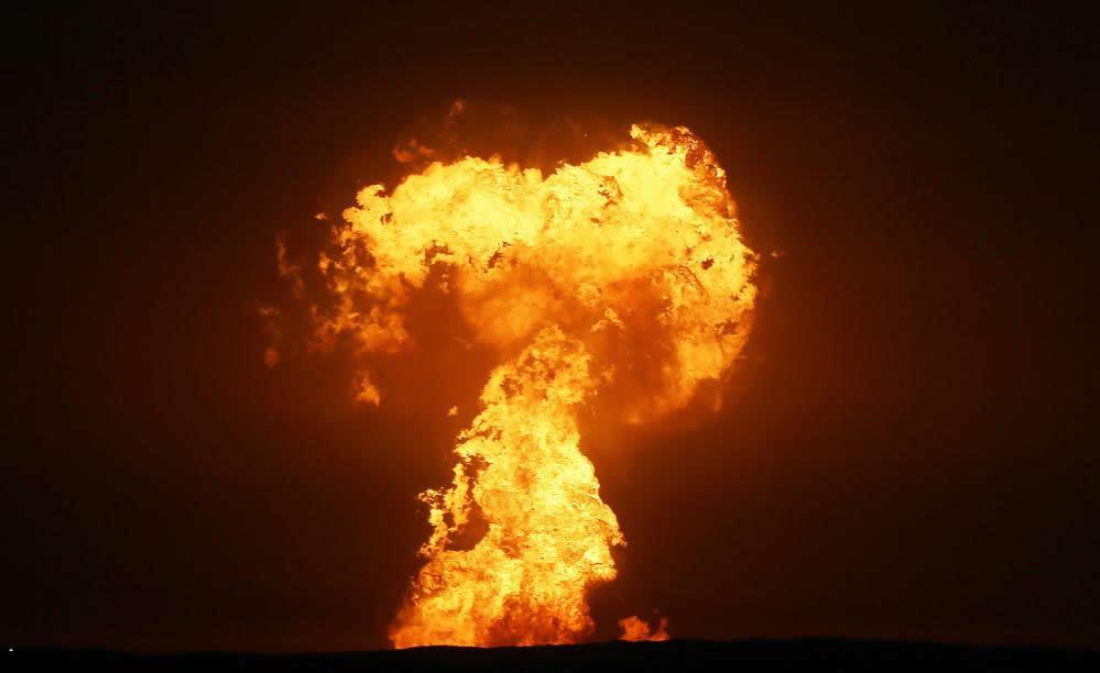 阿塞拜疆附近海域一座泥火山引起的爆炸喷射物照亮里海