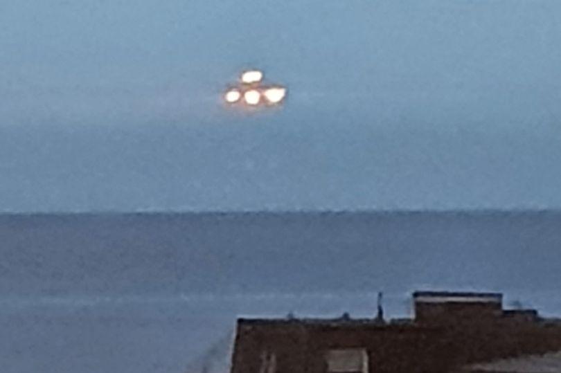 英国德文郡海边发现巨大UFO 盘旋10秒后迅速消失