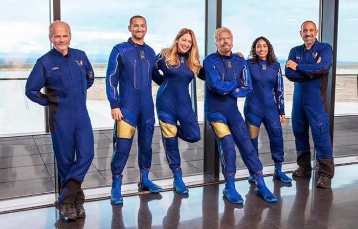 英国维珍集团创办人布兰森Richard Branson搭乘维珍太空船团结号抢在贝索斯前进入太空