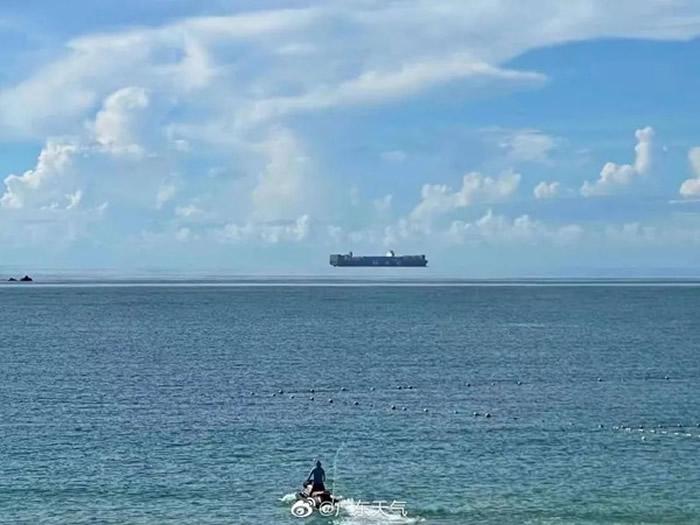 """广东深圳西涌海域附近拍到""""海市蜃楼""""?货轮看起来像飘浮在半空"""