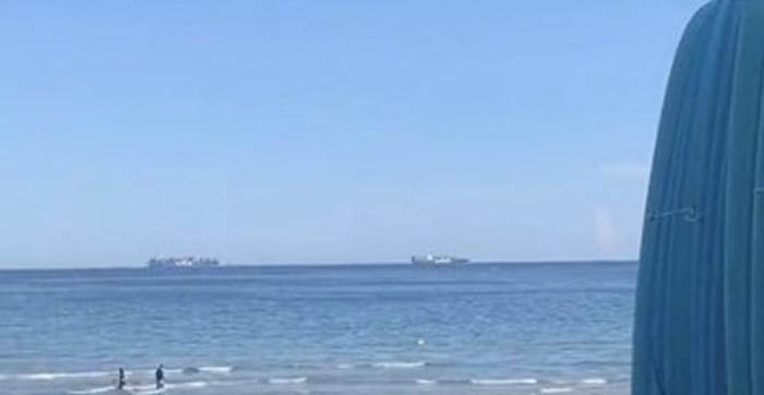 同一地点经过数小时后,海天颜色不再接近,轮船飘浮的现象消失。