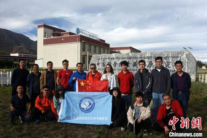 出发前夕,科考队在中科院青藏高原所拉萨部集结后合影。中新社记者 孙自法 摄