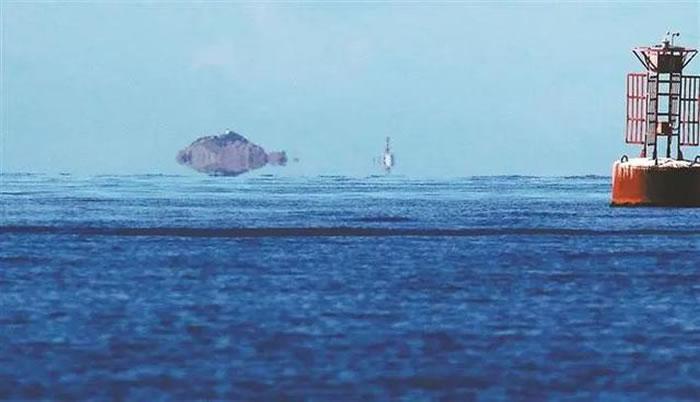 7月15日,深晚记者在大鹏湾拍到的海市蜃楼景象。深圳晚报记者 李晶川 摄