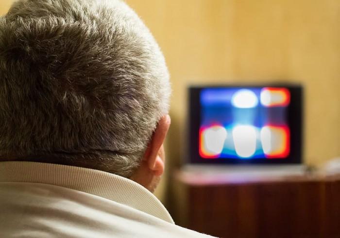 在嘈杂环境中难以听到说话声可能是晚年痴呆症的一个早期预警信号
