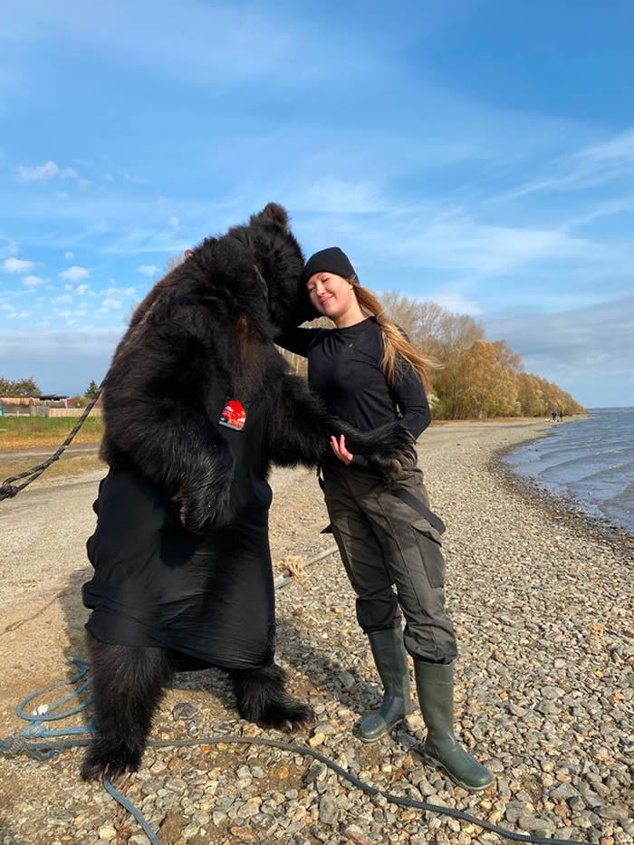战斗民族:俄罗斯女子Veronika Dichka跟棕熊在船上钓鱼