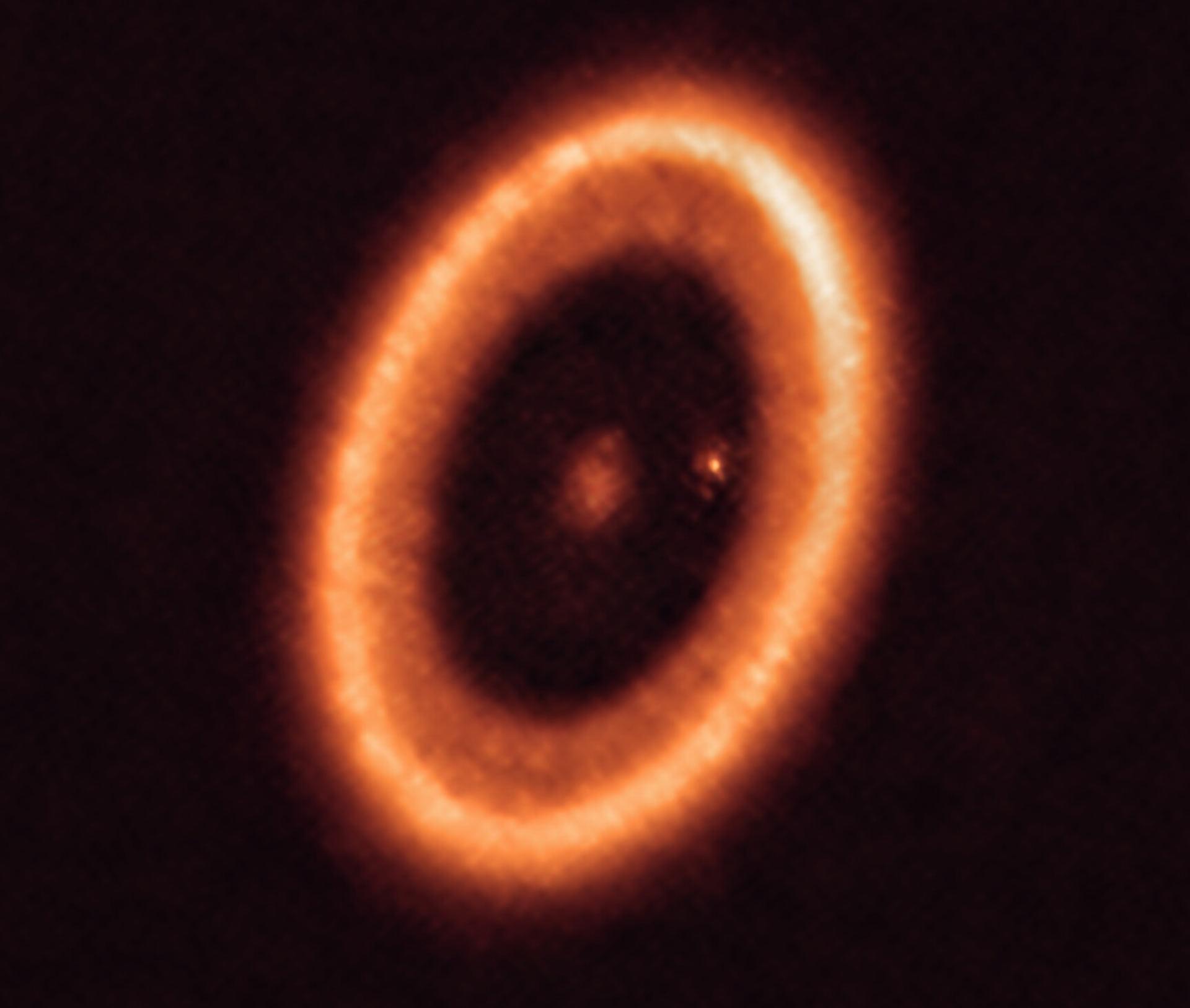 恒星PDS70(中心)和行星PDS 70c(恒星右侧的点),被一个圆盘包围。图片来源:ALMA /Benisty等