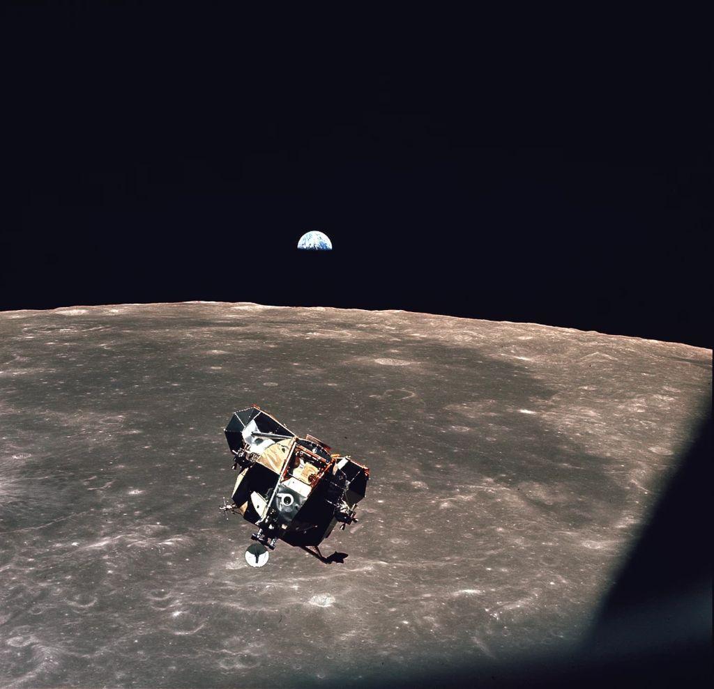 阿波罗11号任务鹰号登月舱(LM-5)可能仍然在绕着月球的轨道上运行