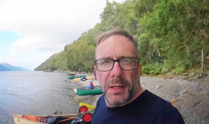 """英国户外活动爱好者划船穿越苏格兰尼斯湖时用无人机捕捉到传说中的""""尼斯湖水怪"""""""
