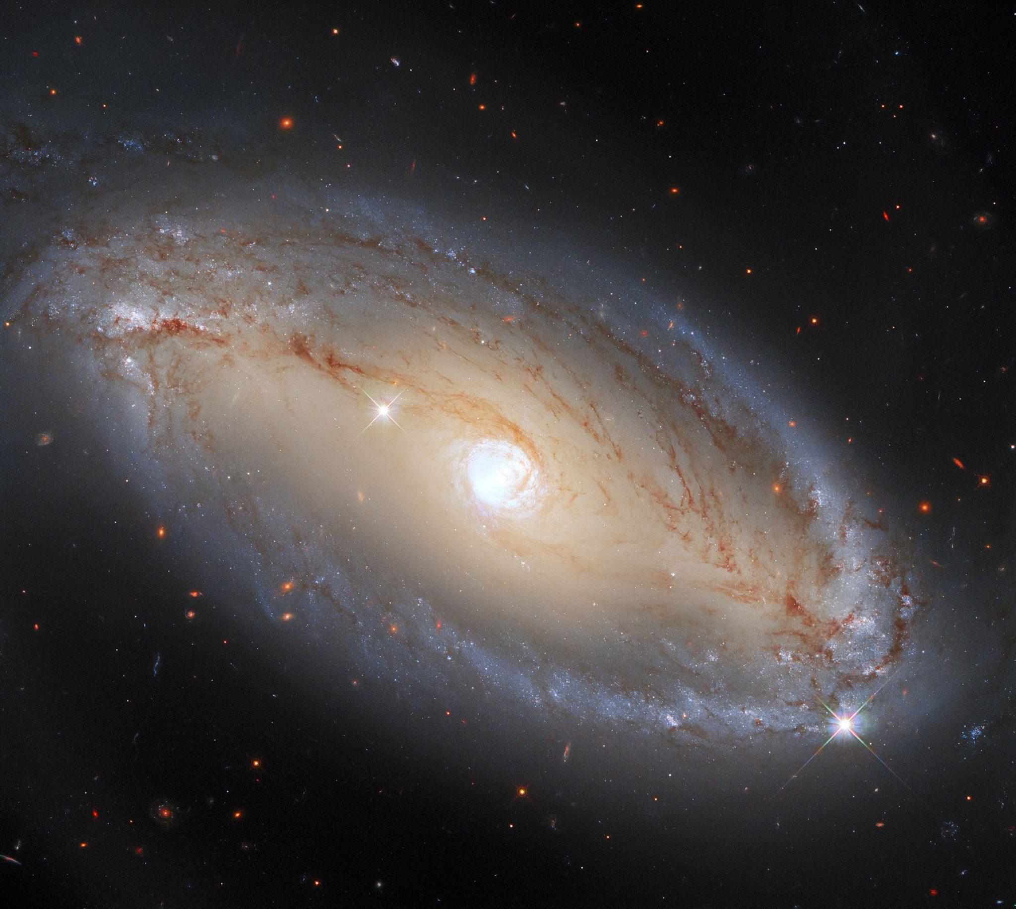 哈勃望远镜第三代广域照相机(WFC3)拍摄的螺旋星系NGC 5728